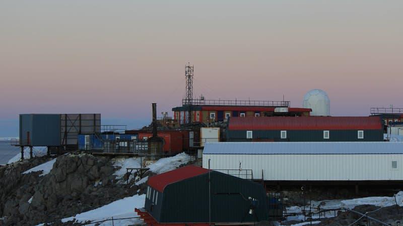 Foot sur la banquise, colonie de manchots: la vie dans une base en Antarctique